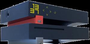 Une Freebox Révolution (V6), le boîtier Server en fonctionnement affichant 1337 et reposant sur le boîtier Player