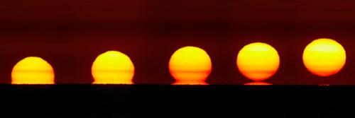 Compilation de cinq photos consécutives des déformations visuelles d'un lever de soleil sur l'horizon