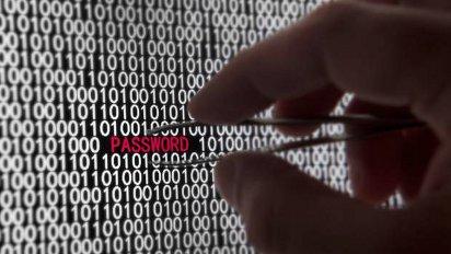 Une main délicate retire à l'aide de pincettes un mot de passe d'une interminable série de bits